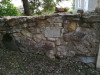 Немецкое лютеранское церковное кладбище в Сеце, волость Сецес, август 2019 г. Фрагмент реконструированной кладбищенской стены.