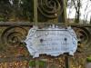 Кладбище «Vaiteņu», волость Вилцес, октябрь 2019 г. Оловянная табличка на металлическом кресте.