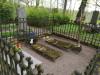 Кладбище Приедиена, г. Дурбе, май 2020 г. Место захоронения представителей фамилии Мейер рядом с могилой Анны Мейеровиц. В правом углу фотографии виден памятник А. Мейеровиц.