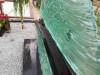 Кладбище Межа, Елгава, июнь 2020 г. Передняя часть памятника из полированного стекла. Вид сбоку.