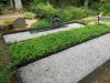 Кладбище Зандеру, Елгава, июль 2020 г. Общий вид кладбищенского монумента с памятником, сочетающим в себе элементы из полированного стекла.