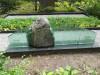 Кладбище Зандеру, Елгава, июль 2020 г. Общий вид могильного памятника с элементами из полированного стекла. Вид сзади.