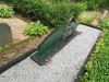 Кладбище Зандеру, Елгава, июль 2020 г. Общий вид могильного памятника с элементами из полированного стекла. Вид спереди сбоку.