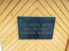 Краслава, костел св. короля Людвига IX, июль 2020 г. Табличка на латышском языке на входе в усыпальницу графов Плятеров.